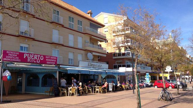 Folk nyder det gode vejr i Fuengirola